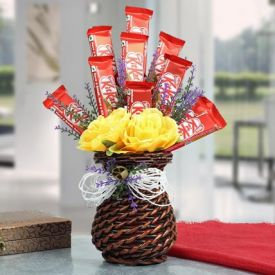 Roses Vase with Kitkat